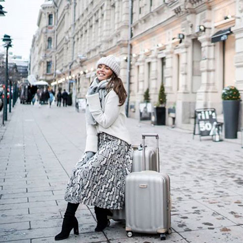 @strictlystyle knows how to steal the scene with our grey Lite-Cube Prime suitcase